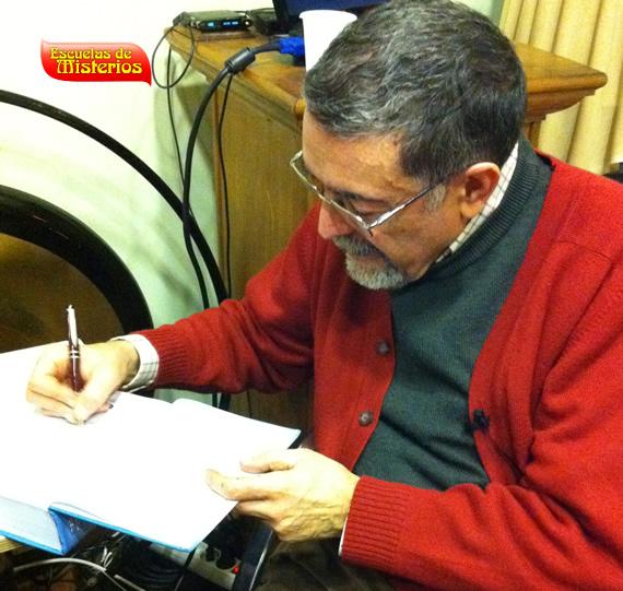 jaime-villarrubia-firmando-libros-en-escuelas-de-misterios
